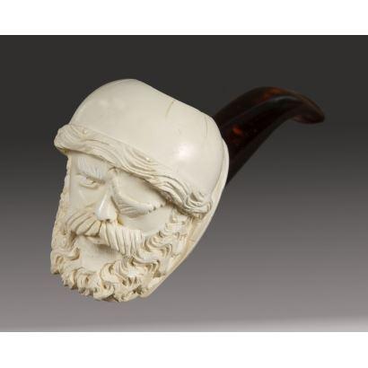 Original pipa espuma de mar, en ella contemplamos una cazoleta ricamente decorada con la cabeza de un hombre con parche. 14x5cm.