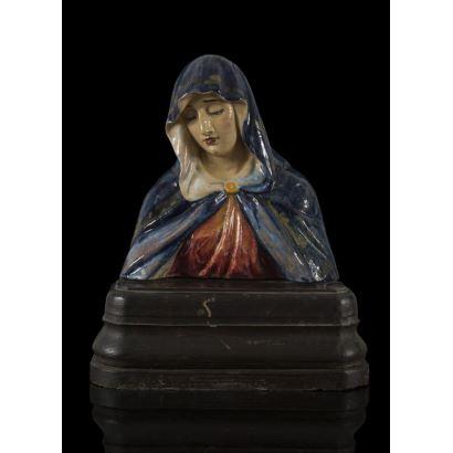 Busto devocional en porcelana policromada sobre peana de madera. Virgen Dolorosa. Firmada. 36x27cm