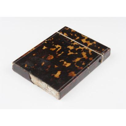 Objetos. Tarjetero, siglo XIX. Realizado en carey. Faltas. Medidas: 10 x 8 cm.