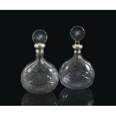 Vidrio. Pareja de licoreras en cristal tallado, siglo XX.