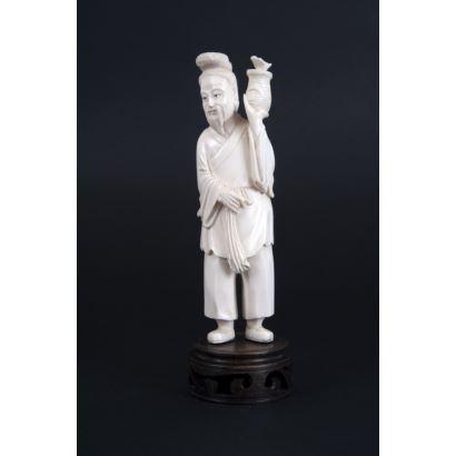 Figura tallada en marfil sobre peana circular de madera. China.