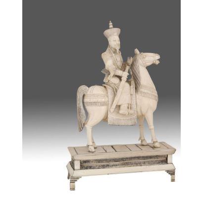 Esculturas. Guerrero a caballo tallado en resina.