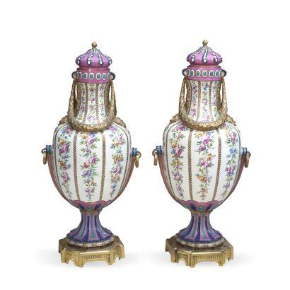 Porcelana. Pareja de jarrones de Sèvres, fin S. XVIII - ppios. S. XIX.