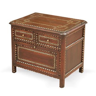 Muebles. Cómoda infantil, S. XX. Realizada en madera con taracea. Con dos cajones en el cuerpo superior y uno en el inferior. Medidas: 47 x 57 x 39 cm.