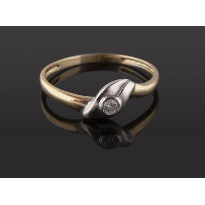 Delicado anillo de oro bicolor 18K con diamante central de 0,06 quilates. Peso: 1,48 gr.