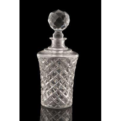 Magnífica licorera realizada en cristal tallado con tapa esférica, cubre la pieza una fina decoración geométrica. Alto: 27cm.