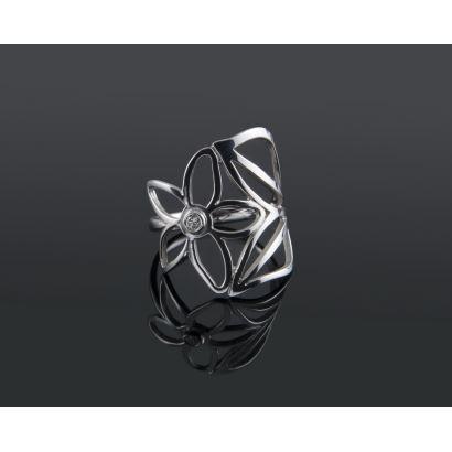 Joyas. Alegre anillo en forma de gran flor de oro blanco con un diamante central talla brillante de 0,05 quilates. Grabado con la marca TOUS. Peso 4,04 gr.