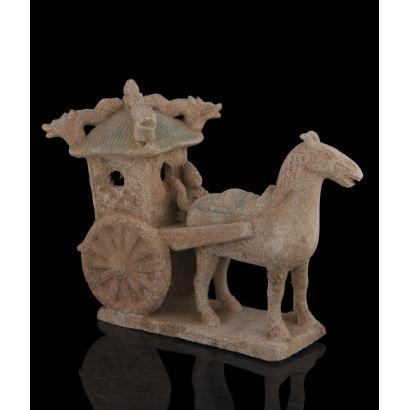 Figura en terracota china, representa un carro tirado por un caballo. Medidas: 29x35x15cm.