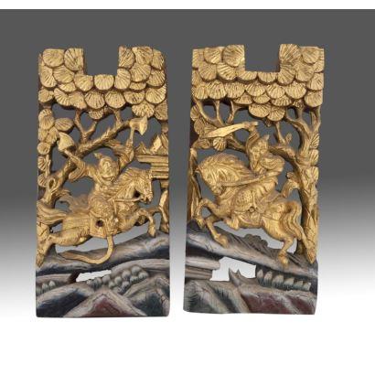 Excepcional pareja de tallas en madera dorada con pan de oro, representan a dos guerreros chinos a caballo, siglo XVIII.  Medidas: 24x46cm.