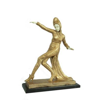 Figura criselefantina realizada en bronce dorado y marfil, sobre peana de piedra.