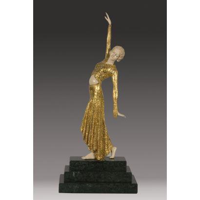 Bella escultura criselefantina (marfil y bronce dorado) CON CITES, sobre peana escalonada de mármol, bailarina art decó con falda siguiendo modelos de D.H.Chiparus. 36x15x9cm