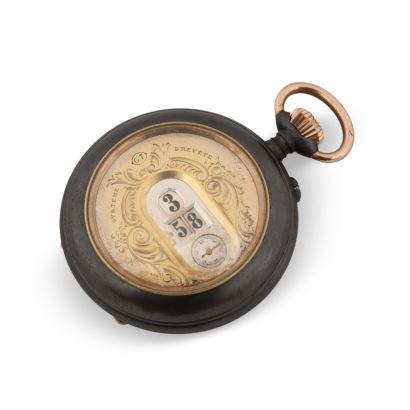 Reloj de bolsillo, principios del S.XX. En hierro con marcaje digital de horas y minutos. En estado de marcha.  Diámetro: 5,5 cm.