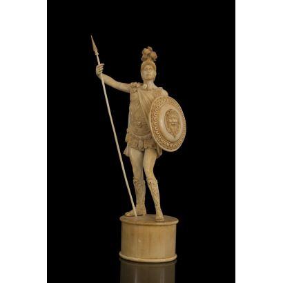 Magnífica escultura de marfil representando a un soldado romano o legionario.Se alza sobre un pedestal liso y cilíndrico del mismo marfil. Altura: 38 cm. (con certificado Cites)