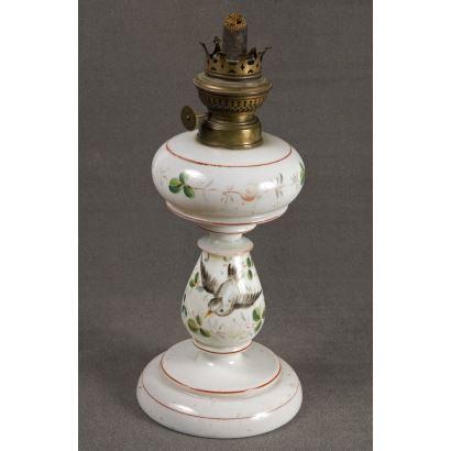 Lámparas. Quinqué realizado en cerámica blanca con una delicada decoración de pájaros y flores. 29x12cm.