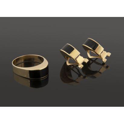 Joyas. Original conjunto de pendientes y sortija, en oro amarillo y ónix. Diámetro: 18mm. Peso: 10,1g.
