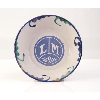 Cerámica. Cuenco realizado en porcelana policromada y esmaltada, iniciales en fondo LM. Diámetro: 22cm.