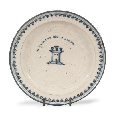 Plato realizado en cerámica esmaltada de Talavera, s.XVIII. Presenta inscripción