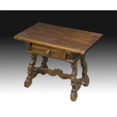 Mesa castellana con cajón, circa 1800.