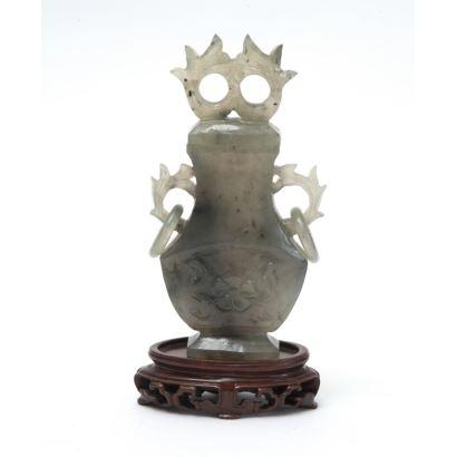 Figura tallada en jade sobre peana de madera. China, s.XX.