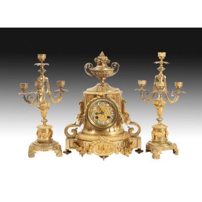 Reloj de sobremesa con guarnición, estilo Luis XVI, S. XIX.