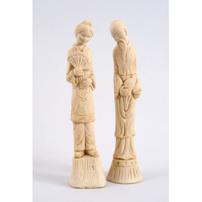 Objetos. Pareja de figuras chinas realizadas en símil de marfil (resina).
