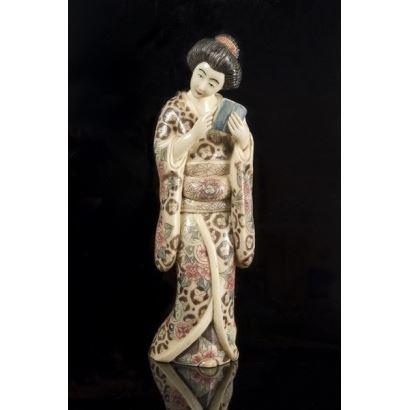 Arte Oriental. Figura realizada en símil de marfil (resina policromada). Geisha. 25x8cm