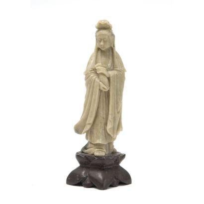 Objetos. Figura tallada en jade sobre peana de madera, China.