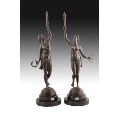 Bronces. Gran pareja de bronces sobre peana de mármol.