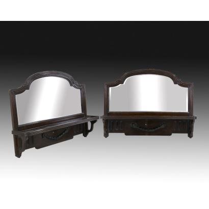 Muebles. Pareja de estanterías de colgar con espejo modernistas, pps. XX.