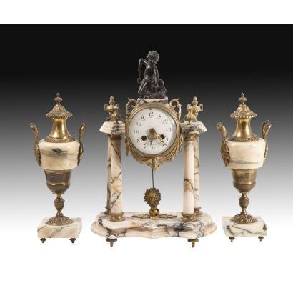 Reloj de sobremesa Imperio con guarnición, siglo XIX.