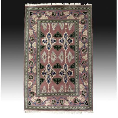 Alfombra, estilo oriental, S. XX. Medidas: 328 x 221 cm.