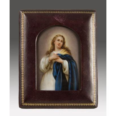 Placa de porcelana enmarcada, la pieza presenta la imagen de la
