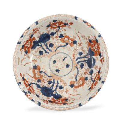 Cuenco en porcelana policromada Imari s.XIX,  con decoración de motivos vegetales en el anverso y paisajes en el reverso. Deteriorado. Diámetro: 26 cm.