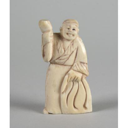 Netsuke tallado en marfil. 5 cm.