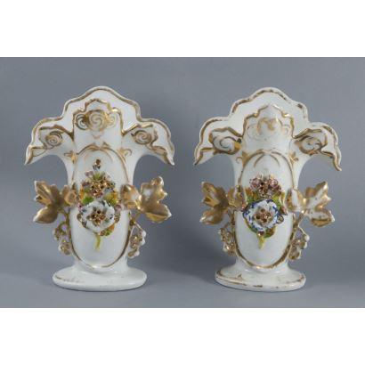 Pareja de violeteros en porcelana policromada, hacia 1900.
