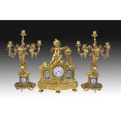 Relojes. Reloj de sobremesa con guarnición, Sévres, S. XIX.