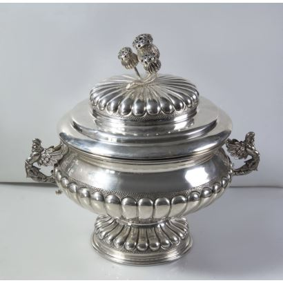 Sopera de plata con tapa, S. XX.