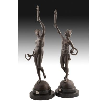 Gran pareja de bronces sobre peana de mármol.