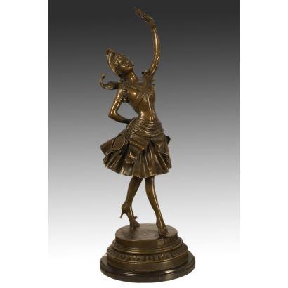 Escultura de bronce sobre peana cilíndrica escalonada del mismo material que representa una bailarina. S.XX.