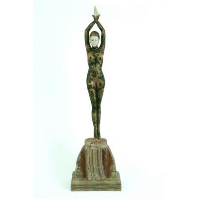 Figura criselefantina en bronce policromado y marfil sobre peana de piedra.