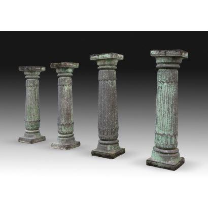 Juego de cuatro columnas en piedra.