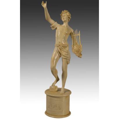Bella escultura de marfil que representa a un joven con vestimenta clásico con lira.(Con certificado CITES)