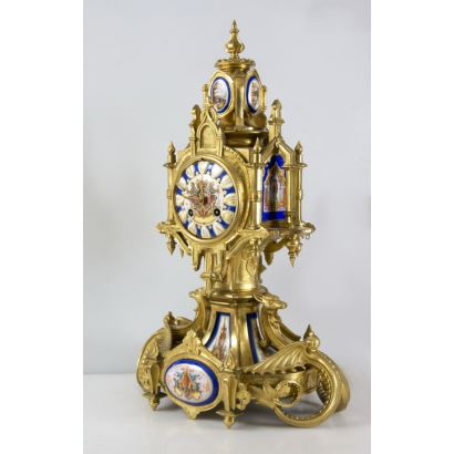 Reloj de sobremesa de estilo neogótico, segunda mitad del s. XIX.