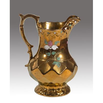Bristol golden ceramic jug decorated with floral motifs in pink, white and green. XIX century. Measurement: 20x17cm