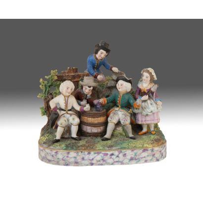 Figura realizada en porcelana policromada, representa a un grupo de personajes bebiendo entorno a barril. s.XIX. Marca Meissen en base. Medidas: 30x26cm.
