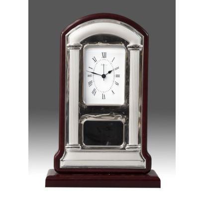 Reloj de sobremesa de la casa VALENTI & Co. Con caja en madera y cubierta en plata. Estado en marcha. Medidas: 48x22x8cm.