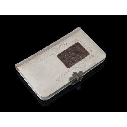 Libro devocionario, con cubiertas en marfil y placa de cobre.