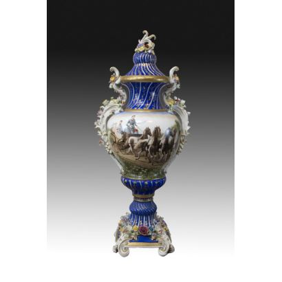 Porcelana. Jarrón de porcelana tipo Meissen