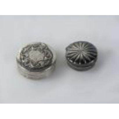 Plata. Dos pastilleros en plata, S. XX.