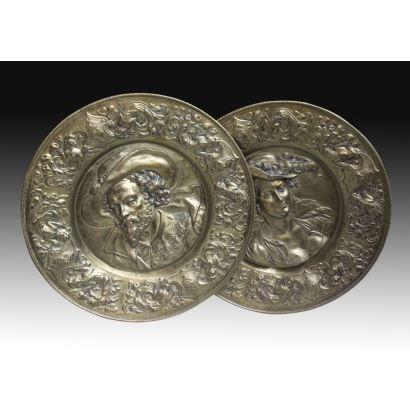 Pareja de platos conmemorativos en bronce, S. XIX.